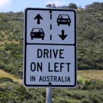 Linksverkehr - Straßenschild in Australien