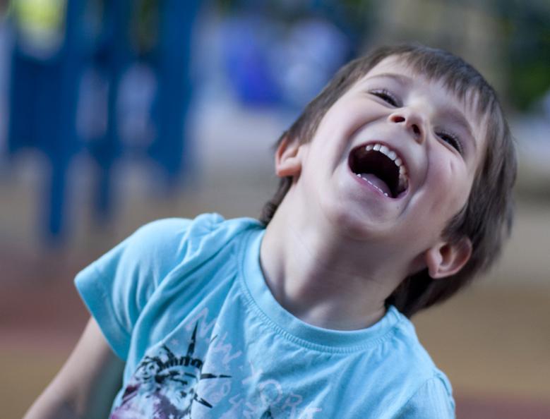 Kind freut sich über Lukas und Lara auf Tour
